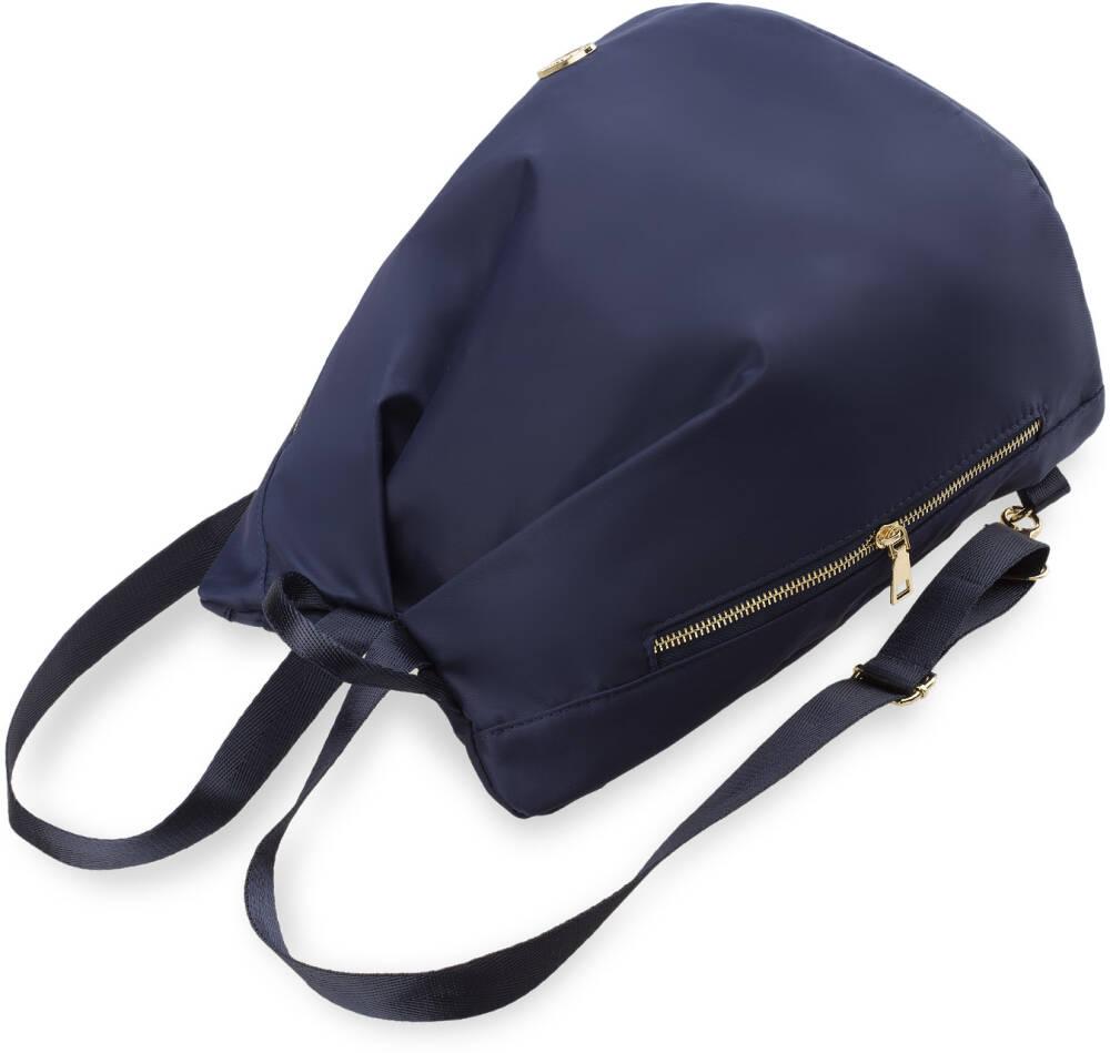 bf84d15c90f92 Pakowny, praktyczny plecaczek damski. W prostym, a zarazem ciekawym fasonie  worka. Ortalionowy, lekki materiał zapewnia wygodę użytkowania.